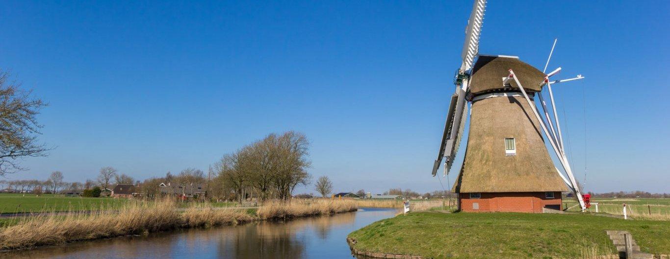Onafhankelijke feiten en cijfers - beeld van een molen aan het water