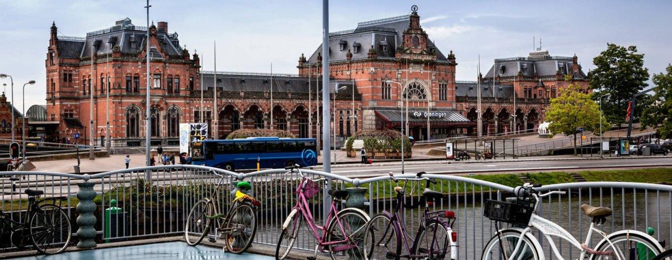 Verhaal achter de cijfers - beeld van fietsen met CS Groningen op de achtergrond